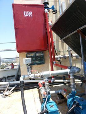משאבות-לחץ-מים-מורכבות-על-גג-בניין