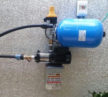 משאבת-לחץ-מים-קטנה-מותקנת-על-קיר-מבנה